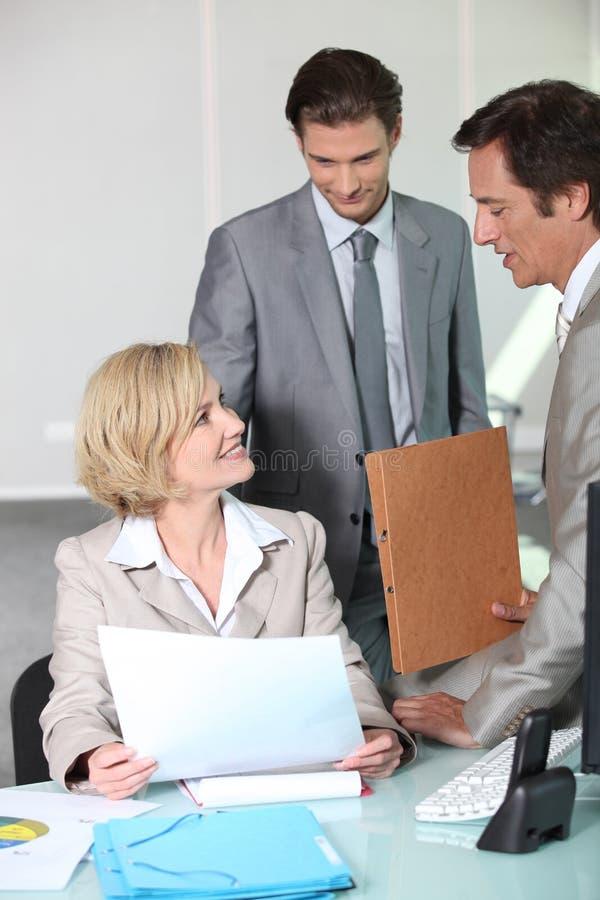 Gens d'affaires de sourire dans le bureau images stock