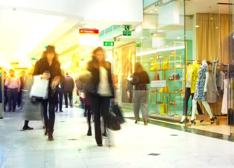 Gens d'affaires de tache floue mobile Les gens marchant en heure de pointe Concept d'affaires et de vie moderne image libre de droits