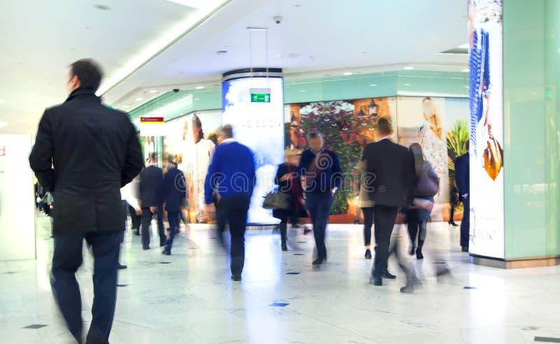 Gens d'affaires de tache floue mobile Les gens marchant en heure de pointe Concept d'affaires et de vie moderne photographie stock libre de droits