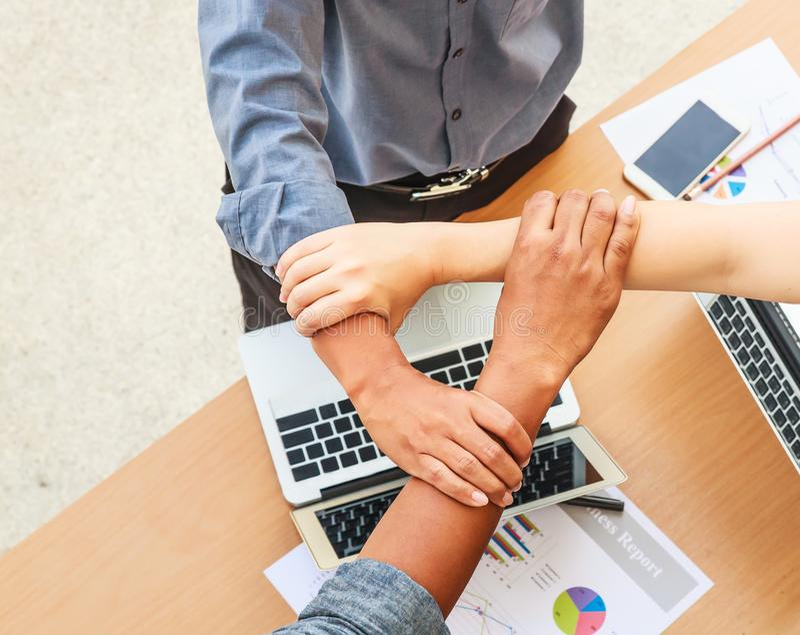 Gens d'affaires de travail d'équipe de mains de jointure de réunion dans la triangle dans le concept de bureau, utilisant des idé photographie stock libre de droits