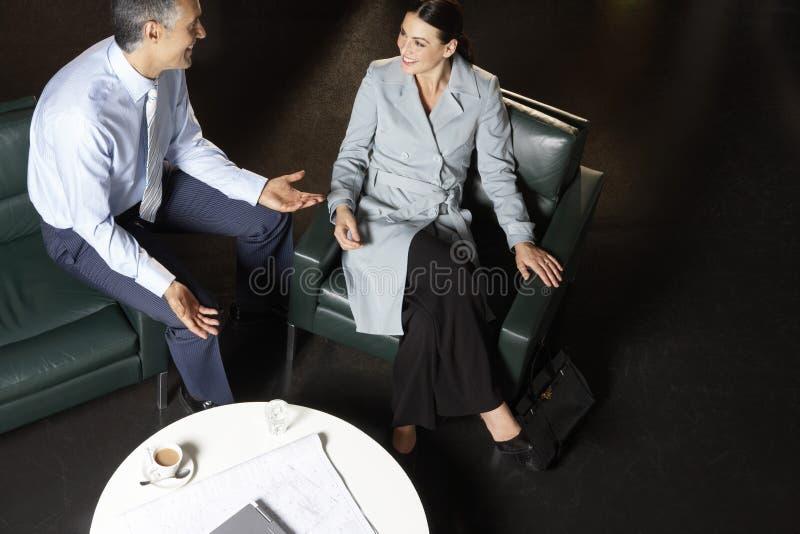 Gens d'affaires discutant à la table basse images stock