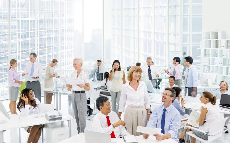 Gens d'affaires discutant au bureau photo stock