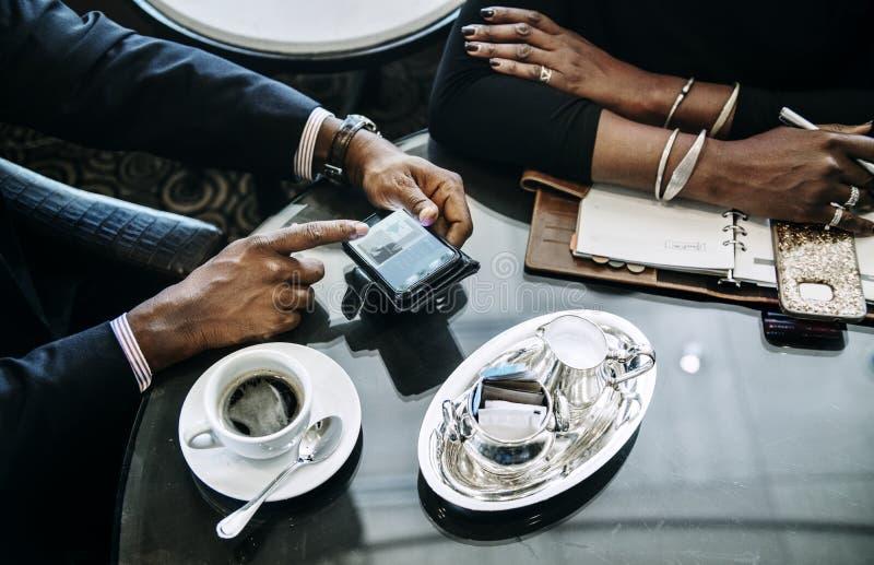 Gens d'affaires discutant au sujet d'une affaire en café photo stock
