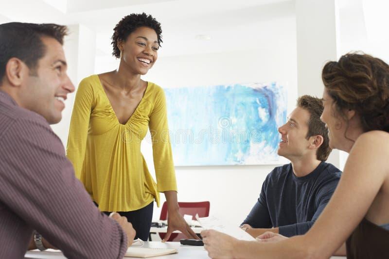 Gens d'affaires discutant dans le bureau photos stock