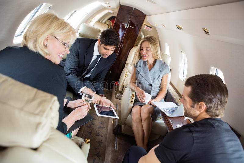 Gens d'affaires discutant dans le jet d'entreprise images stock