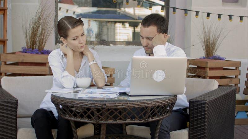 Gens d'affaires discutant le nouveau projet dans le café images stock