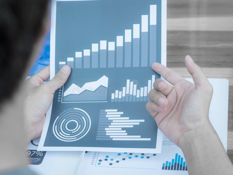 Gens d'affaires discutant les diagrammes et les graphiques montrant la recherche image stock