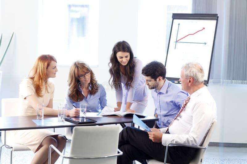 Gens d'affaires discutant lors d'un contact photographie stock