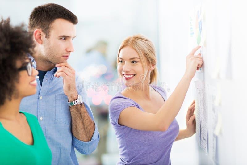 Gens d'affaires discutant sur les notes adhésives photo stock