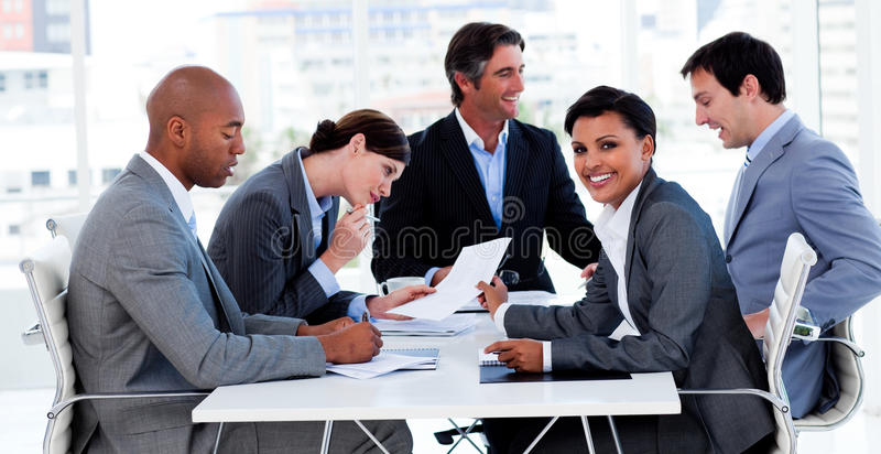 Gens d'affaires discutant un plan budgétaire photo stock