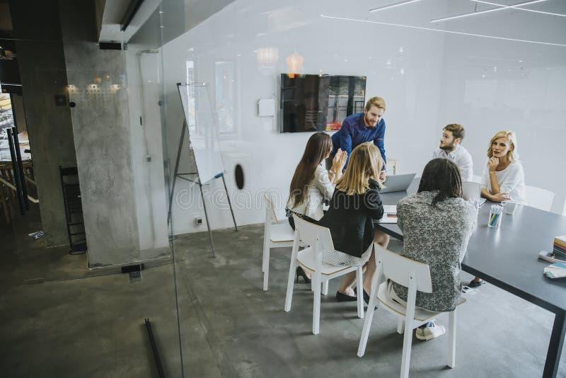 Gens d'affaires discutant une stratégie et travaillant ensemble dedans de image libre de droits