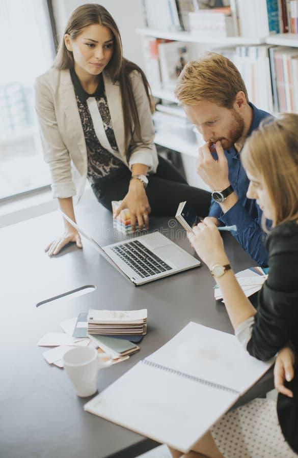 Gens d'affaires discutant une stratégie et travaillant ensemble dedans de image stock