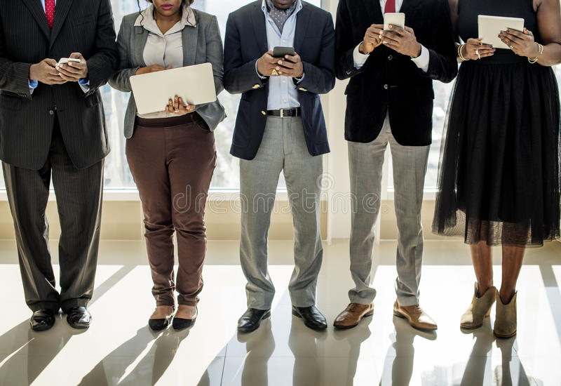 Gens d'affaires divers d'utilisation de dispositifs de Digital image libre de droits