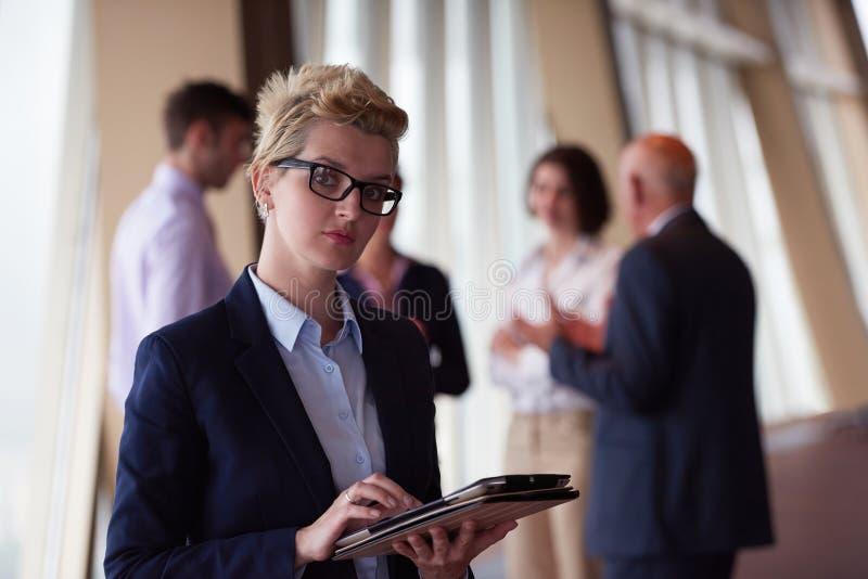 Gens d'affaires divers de groupe avec la femme blonde dans l'avant images stock