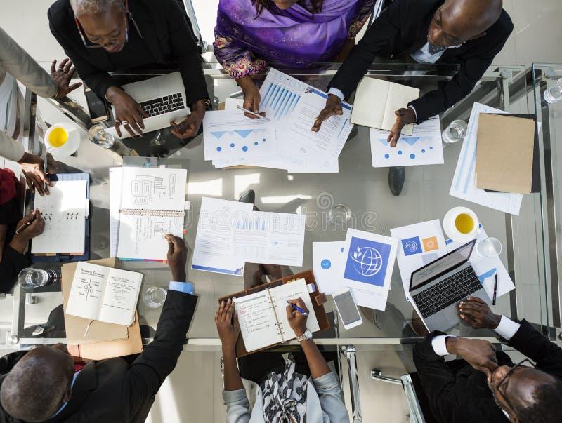 Gens d'affaires divers rencontrant l'association images stock