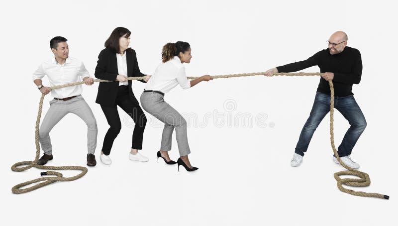 Gens d'affaires divers tirant avec effort sur une corde photo libre de droits