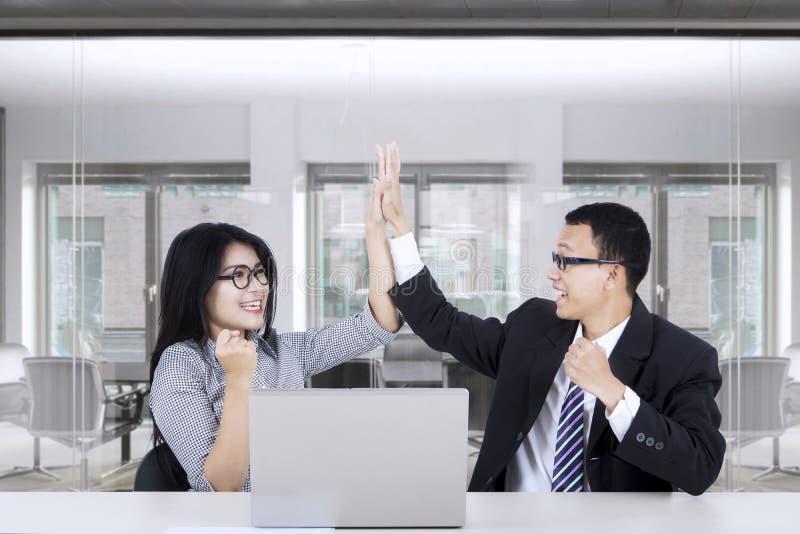 Gens d'affaires donnant un geste cinq élevé photographie stock libre de droits