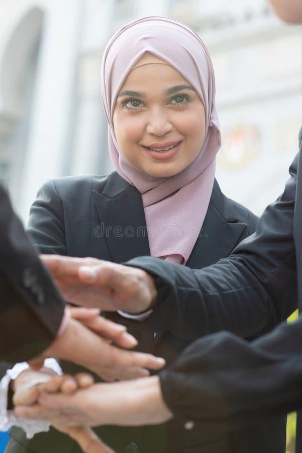 Gens d'affaires empilant des mains photos libres de droits