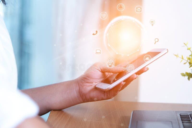 Gens d'affaires employant les achats et l'icône en ligne c de paiements mobiles image libre de droits