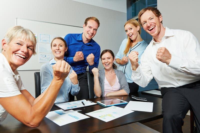 Gens d'affaires encourageants avec les poings serrés image libre de droits