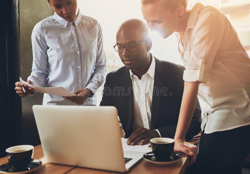 Gens d'affaires ethniques, entrepreneurs image stock