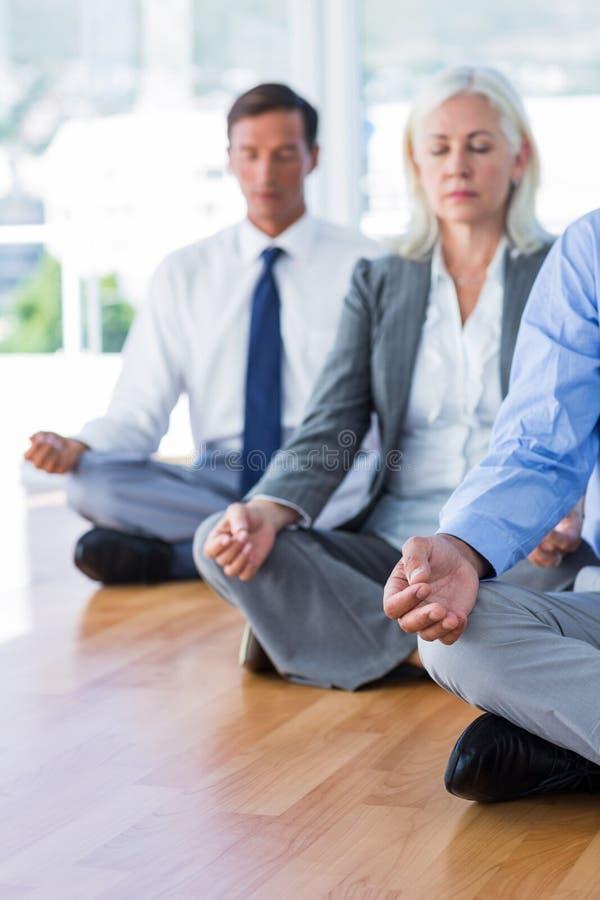 Download Gens D'affaires Faisant Le Yoga Sur Le Plancher Photo stock - Image du fitness, rectifié: 56480050