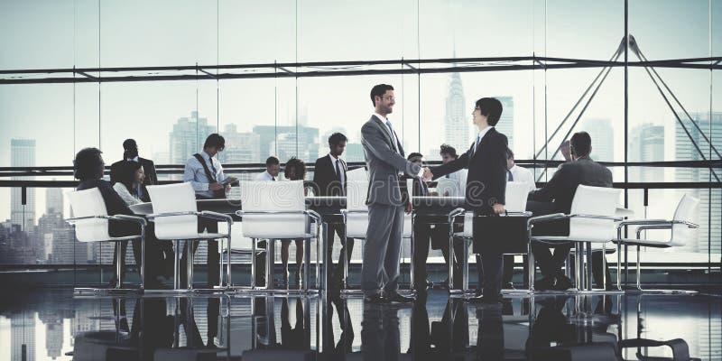 Gens d'affaires faisant un brainstorm l'appui Conce de travail d'équipe d'association images stock
