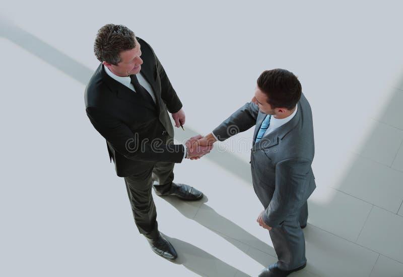 Gens d'affaires fermant une affaire et une poignée de main au bureau photo stock