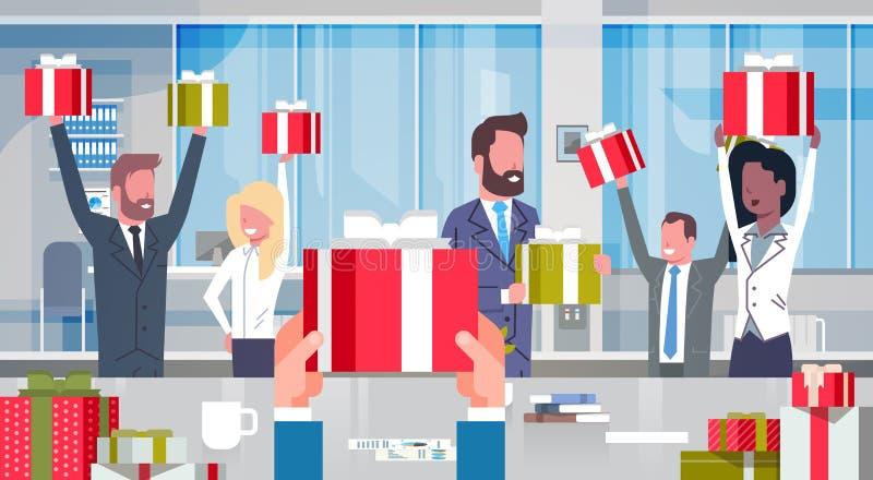 Gens d'affaires gais de Team Holding Red Gift Boxes de concept de bonification de travailleurs dans le groupe heureux de bureau m illustration de vecteur