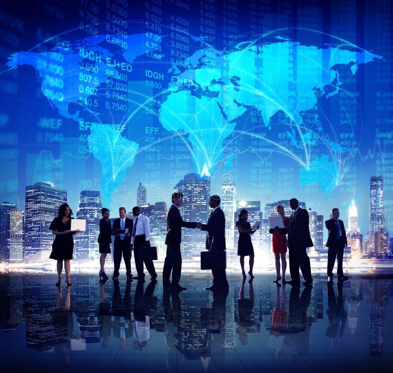 Gens d'affaires globaux de main de secousse de finances de concepts de ville image libre de droits