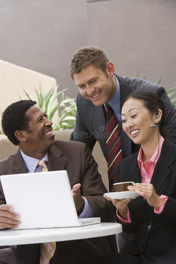 Gens d'affaires heureux ayant la discussion image libre de droits