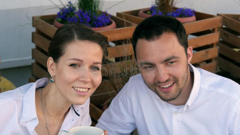 Gens d'affaires heureux sur leur déjeuner dehors au café image libre de droits