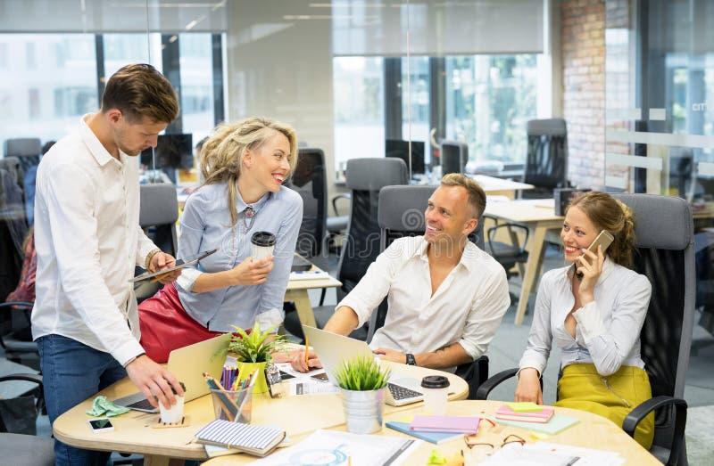 Gens d'affaires heureux travaillant ensemble photographie stock