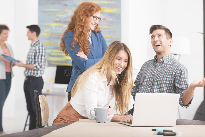 Gens d'affaires heureux travaillant ensemble images libres de droits