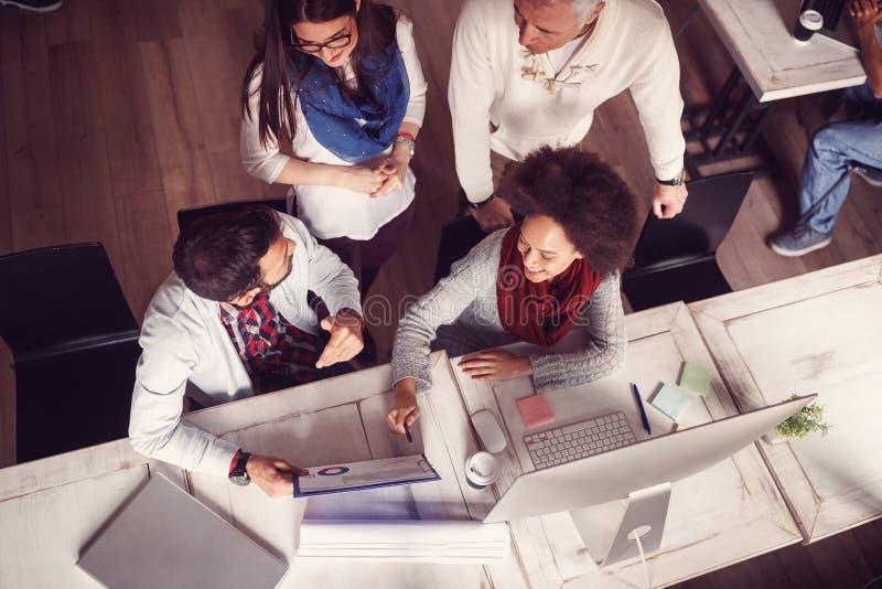 Gens d'affaires - idées, créativité, planification, réunion, bureau a photos stock
