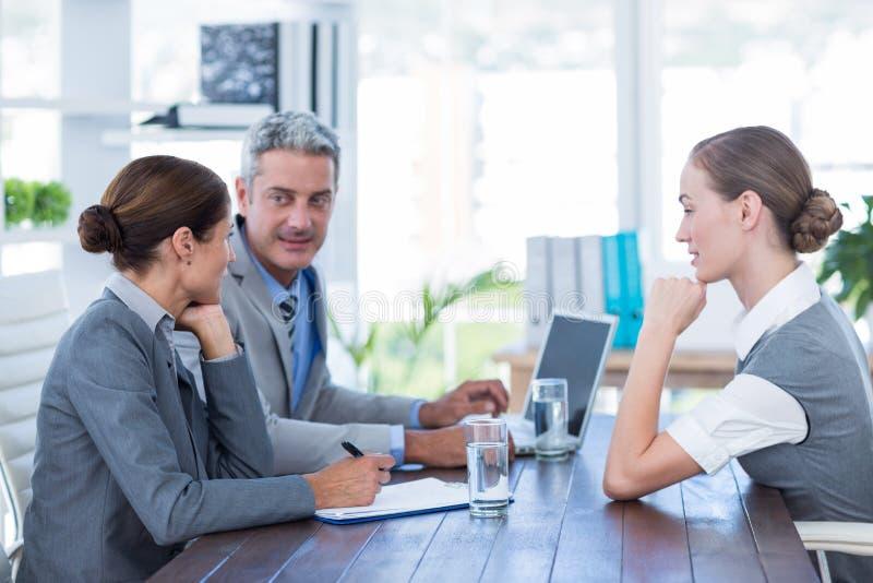 Download Gens D'affaires Interviewant La Jeune Femme D'affaires Photo stock - Image du professionnel, homme: 56480716