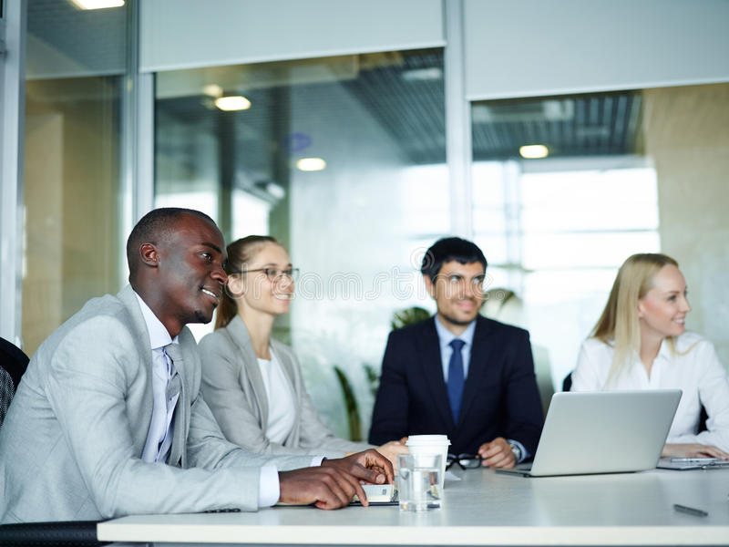 Gens d'affaires lors de la réunion de briefing photographie stock