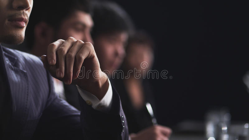 Gens d'affaires lors du contact regardant le copysppace image libre de droits