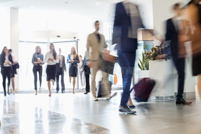 Gens d'affaires marchant au centre de congrès photo stock
