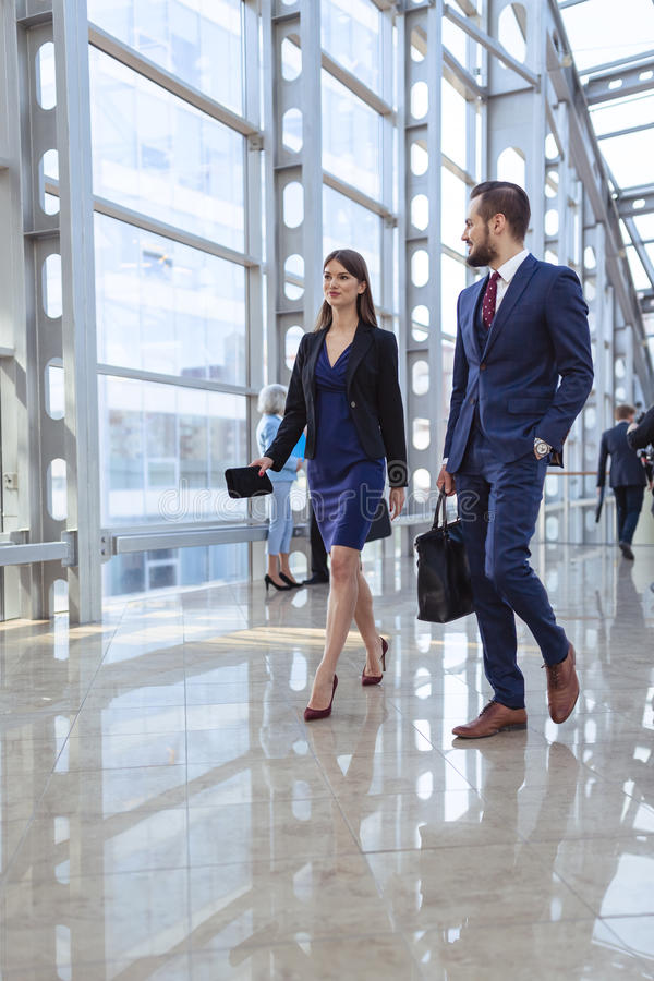 Gens d'affaires marchant dans le couloir de bureau images libres de droits