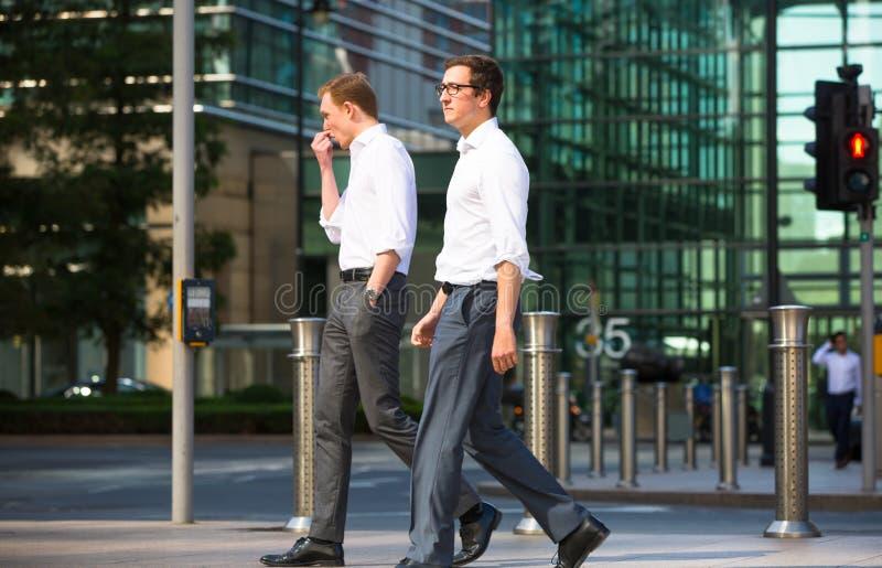 Gens d'affaires marchant sur la place de Canary Wharf Londres, R-U photo stock