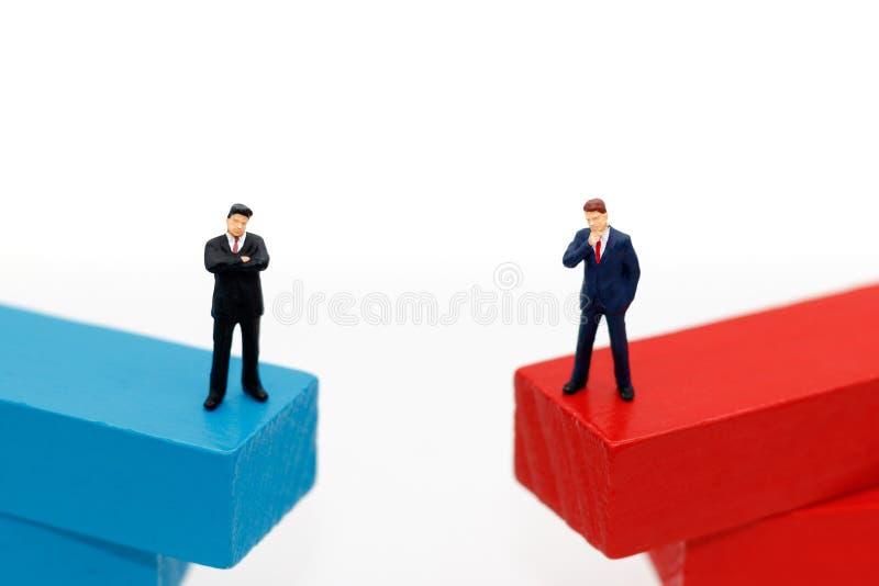 gens d'affaires miniatures se tenant sur la boîte en bois Pensée, Targ photos libres de droits