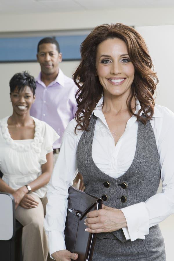 Gens d'affaires multi-ethniques dans le bureau images stock