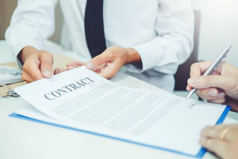 Gens d'affaires négociant une poignée de main de contrat entre le col deux image stock
