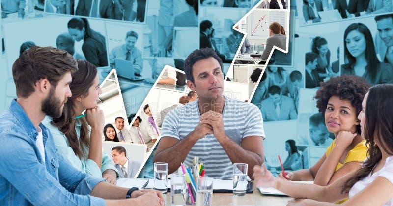 Gens d'affaires occasionnels discutant contre le graphique photographie stock