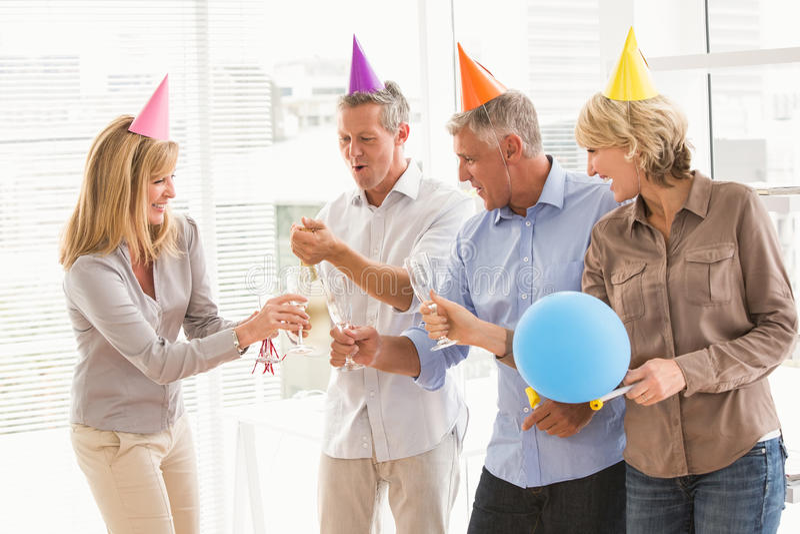 Gens d'affaires occasionnels grillant et célébrant l'anniversaire image libre de droits