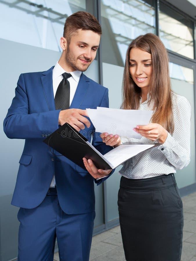 Gens d'affaires ou travailler d'homme d'affaires et de femme d'affaires extérieur, image stock