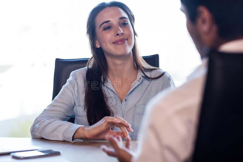 Gens d'affaires parlant au cours d'une réunion image libre de droits