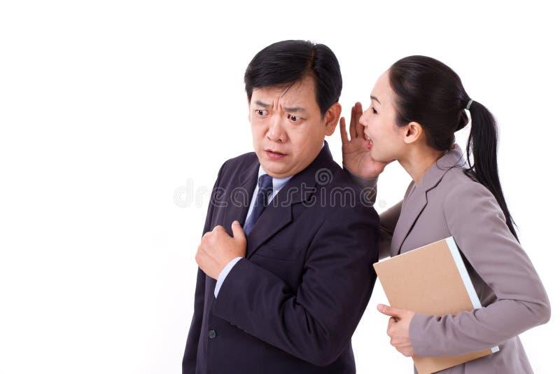 Gens d'affaires parlant de mauvaises informations commerciales photos libres de droits