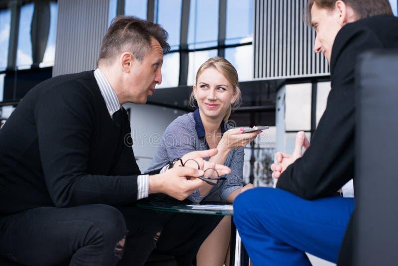 Gens d'affaires parlant en caf? photos stock